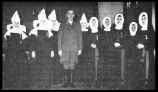 АНТЕ ПАВЕЛИЋ са часним сестрама из Ливна и Јаjца, одликованим 21.новембра 1942. године