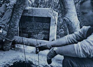 Spomenik nad jamom Kamešnicom koja je tridesetgodina bila zabetonirana