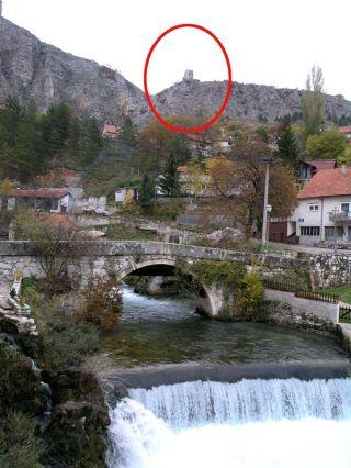 Motiv iz Livna: stari most na Bistrici iznad kojeg još dotrajava kula starca Vujadina