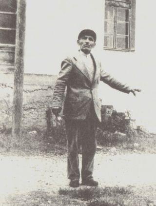 DUŠAN VUJANOVIĆ pred školom u Čelebiću: evo ovdikar su i' klali i strijeljali...