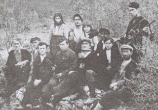 Grupa preživjelih iz jame Bukuše, snimljeni nad jamom 1944. godine. U prvom redu, slijeva nadesno — GAJO VUJANOVIĆ, PERO MILUTIN, PERO CRNOGORAC, PERO VUJANOVIĆ, MIJO ERCEG, MIĆO ERCEG, SAVA CRNOGORAC, a pozadi, u drugom redu — ANĐA ERCEG, RAJKO VUJANOVIĆ, MARA CRNOGORAC, ILIJA ERCEG i MILAN ROSIĆ.