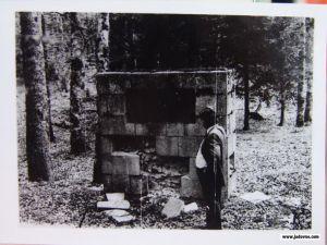 Spomenik na mjestu logora 1990. godine