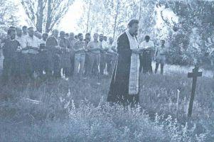 Pop MIRKO JAMEDžIJA drži opelo u Prologu pred početak vađe kostiju 1991. godine