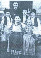 Ovo je fotografija sa poslednje svetosavske zabave u Livnu 27.januara 1941. godine. U prvom redu (slijeva na desno) VESNA MITROVIĆ (ćerka dr DUŠANA MITROVIĆA, koja je takođe zaklana u šumi Koprivnici) i SVJETLANA PUŠKAREVIĆ. U drugom redu su: MILUTIN PAVLOVIĆ, DEJAN STEVIĆ (takođe ubijen 1941.) i VELjKO KRAVARUŠIĆ, a iza njih je učiteljica ANGELA PUCARIĆ – LALIĆ (zverski likvidirana u Koprivnici zajedno sa trogodišnjim sinčićem ZDRAVKOM)