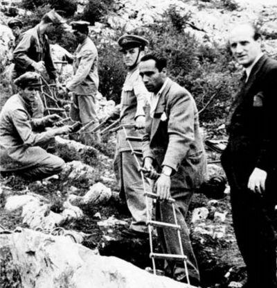 Jame: Jadna od originalnih fotografija, prikazuje vadjenje tijela iz jame u koju su Titovi vojnici bacili nevine italijanske civile