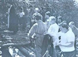 I kosti stradalnika iz jame na Tušnici su izvađene tek 1991. godine( na slici pop MIRKO JAMEDŽIJA drži opelo nad jamom)