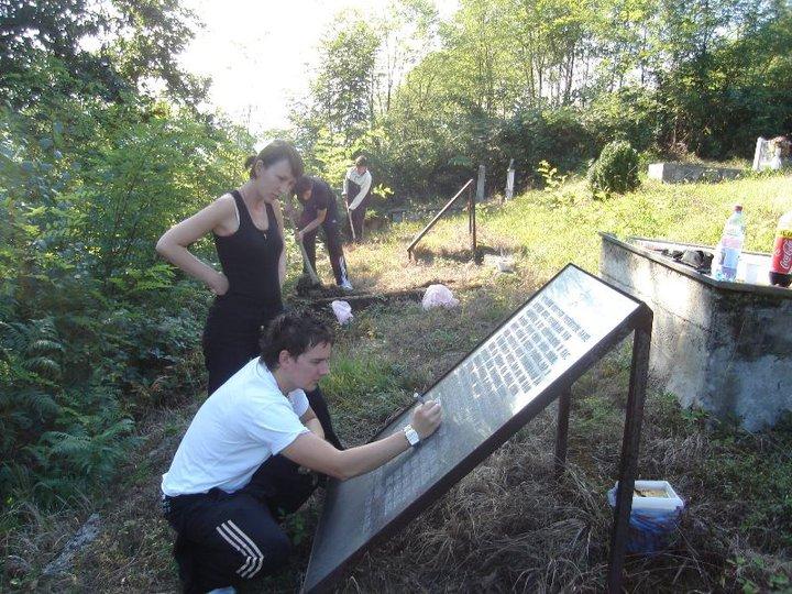 Akcija Svetosavske omladinske zajednice Prnjavor na uređenju spomen obilježja pobijenim Srbima u selu Kremna