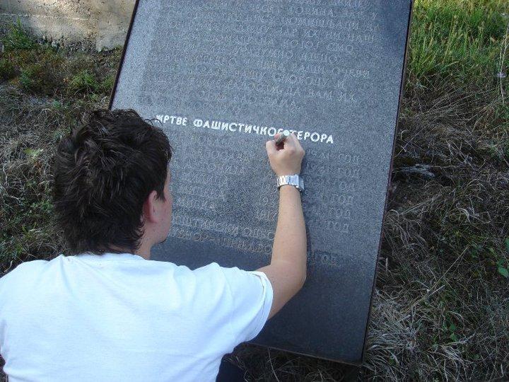 Akcija SvetosavskE omladinske zajednice Prnjavor na uređenju spomen obilježja pobijenim Srbima u selu Kremna.