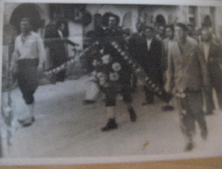 Prvi s lijeva moj deda Mićević Mitra Milan,na sahrani,doktoru, Edvokiju Tomoviću 1938.godine na srpsko-pravoslavnom groblju u mostarskom naselju Bjelušine.