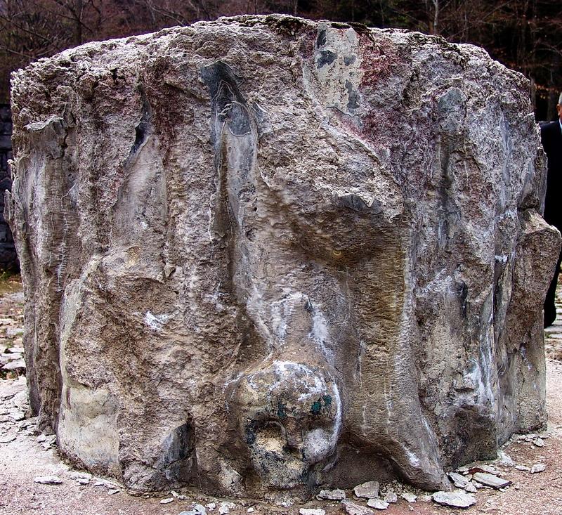 26.4.2010. - Ostatak srušenog spomenika Jadovinskim žrtvama kod Šaranove jame na Velebitu, R. Hrvatska