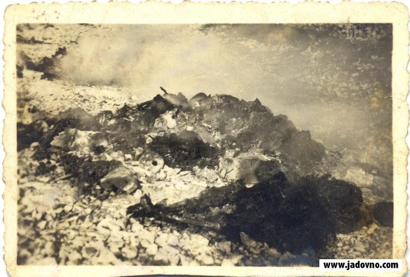 Ekshumacije i spaljivanje ekshumiranih leševa u logoru Slana na ostrvu Pag u Hrvatskoj. Italijanska fotografija iz septembra 1941. Jevrejski muzej u Beogradu.