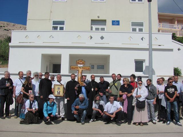 Descendants of victims in front of the school in Metajna