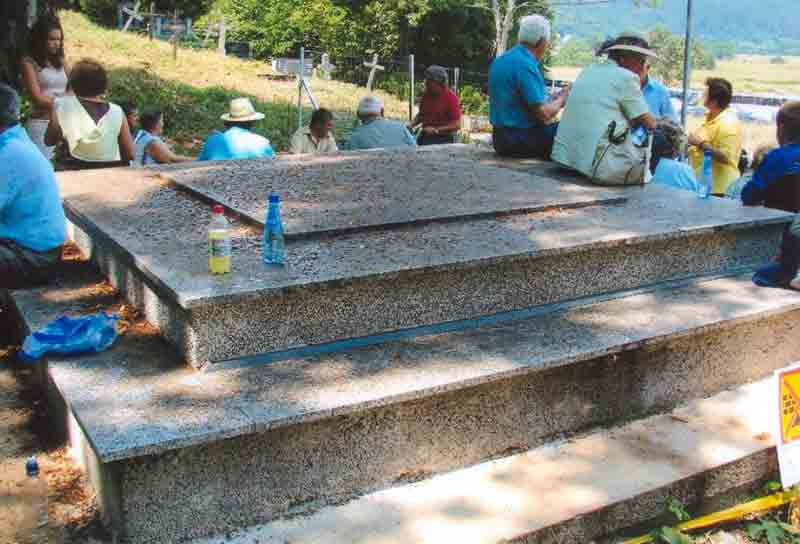 Dijelovi spomenika zrtvama u Smiljanu-Диjелови споменика жртвама у Смиљану