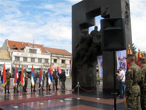 https://jadovno.com/tl_files/ug_jadovno/img/otadzbinski_rat/nove/bijeljina-parastos-spomenik.jpg