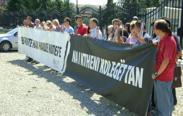 https://jadovno.com/tl_files/ug_jadovno/img/otadzbinski_rat/nove/protest_novinara_u_pristini.jpg