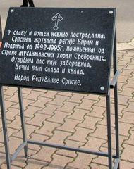 https://jadovno.com/tl_files/ug_jadovno/img/otadzbinski_rat_novo/2014/bratunac_spomen_ploca.jpg