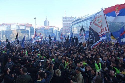 https://jadovno.com/tl_files/ug_jadovno/img/otadzbinski_rat_novo/2014/seselj_miting.jpg