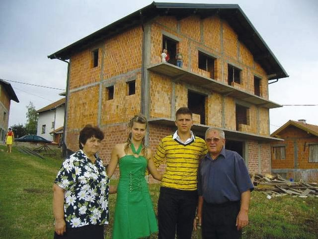 Mira, Bojana, Bojan i Danko ispred nove kuće