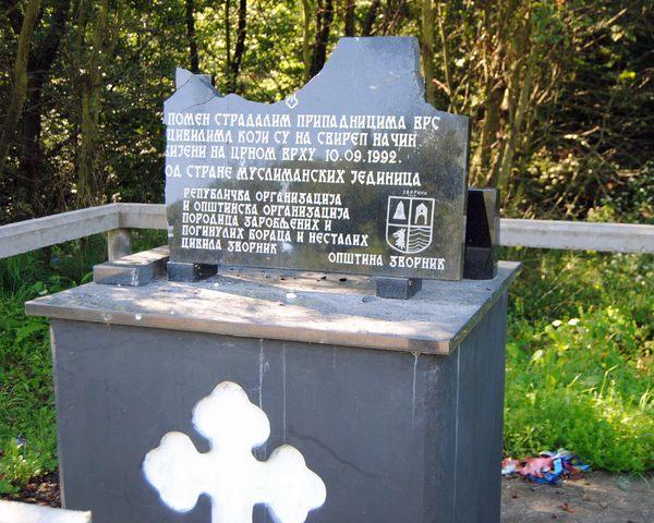Oskrnavljena spomen-ploča na Crnom vrhu kod Zvornika