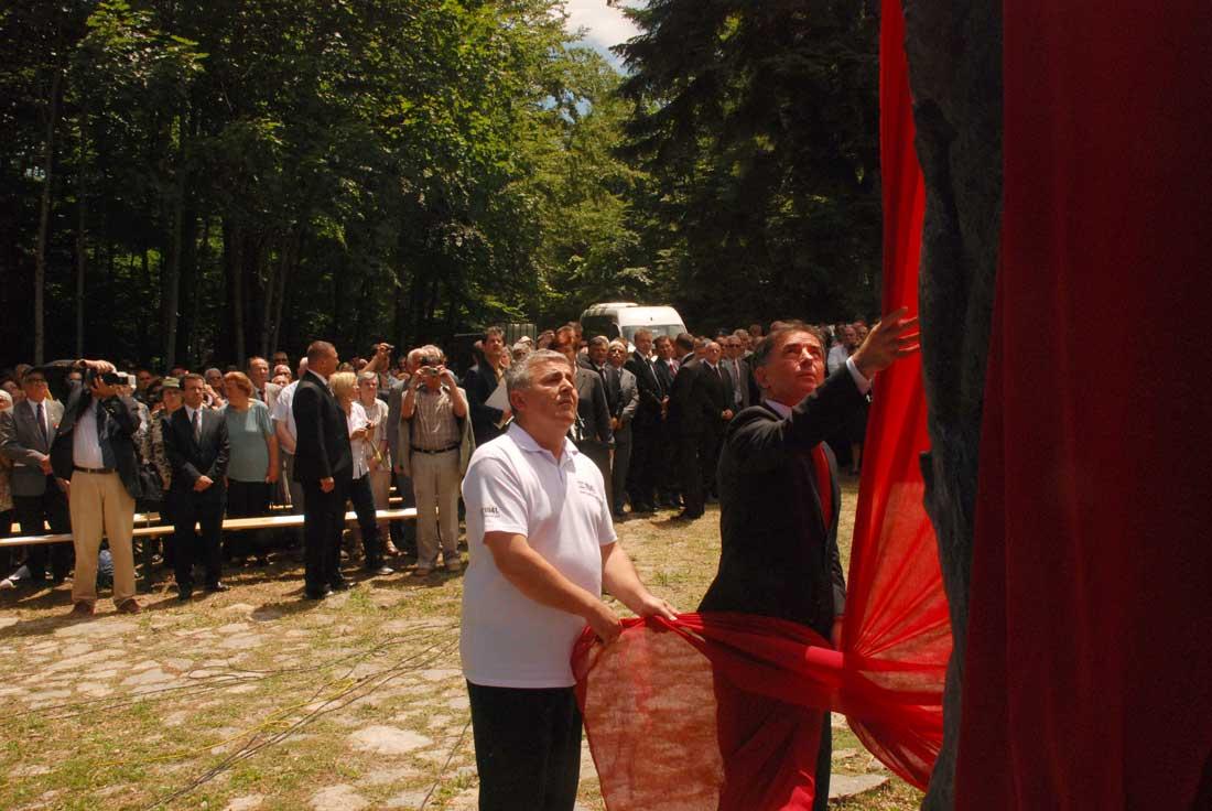 Otkrivanje spomenika kod Šaranove jame 2011. godine.