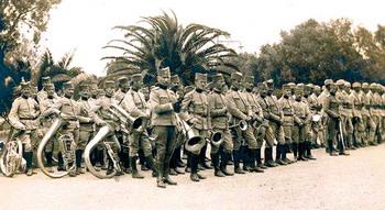 https://jadovno.com/tl_files/ug_jadovno/img/preporucujemo/2014/vojnici-orkestar.jpg