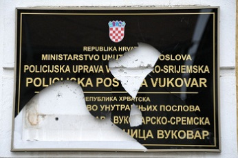 https://jadovno.com/tl_files/ug_jadovno/img/preporucujemo/2014/vukovar-razbijena-tabla.jpg