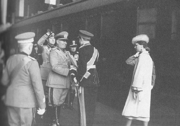 Benito Musolini pozdravlja kneza Pavla i kneginju Olgu