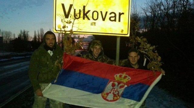 https://jadovno.com/tl_files/ug_jadovno/img/preporucujemo/2015/Mladici_sa_srpskom_zastavom_ispred_table_Vukovar.jpg