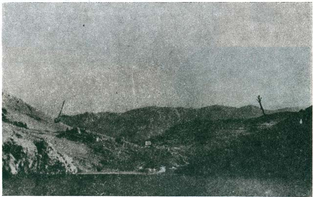 Slana, Suha Bay, approach from the sea. We can see the first construction stage of the administrative building, a lime pit on the coast; the Jewish Camp is behind the building, and the Serbian on the right. The arrows mark the graves that were not excavated. Velebit Mountain in the back. Near the left arrow we can see a part of the Metajna – Baška Slana road built by the inmates.