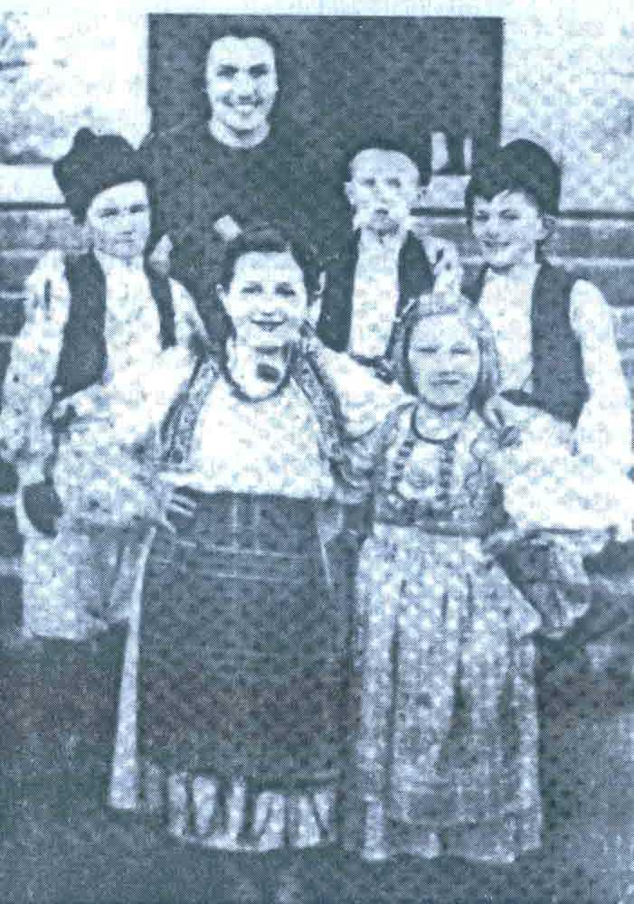 Ovo je fotografija sa poslednje svetosavske zabave u Livnu 27.januara 1941. godine. U prvom redu (slijeva na desno) VESNA MITROVIĆ (ćerka dr DUŠANA MITROVIĆA, koja je takođe zaklana u šumi Koprivnici) i SVJETLANA PUŠKAREVIĆ. U drugom redu su: MILUTIN PAVLOVIĆ, DEJAN STEVIĆ (takođe ubijen 1941.) i VELjKO KRAVARUŠIĆ, a iza njih je učiteljica ANGELA