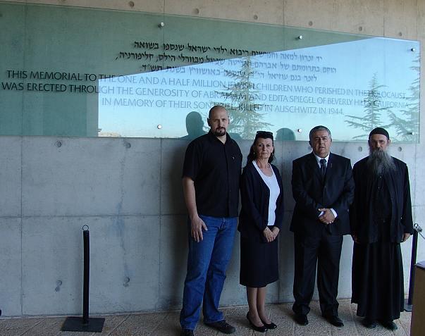 Jad Vašem - Delegacija ispred spomenika djeci