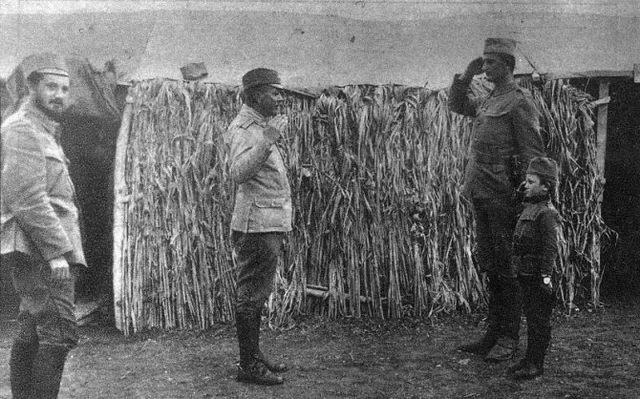 Momčilo Gavrić salutira majoru Stevanu Tucoviću tokom Prvog svetskog rata