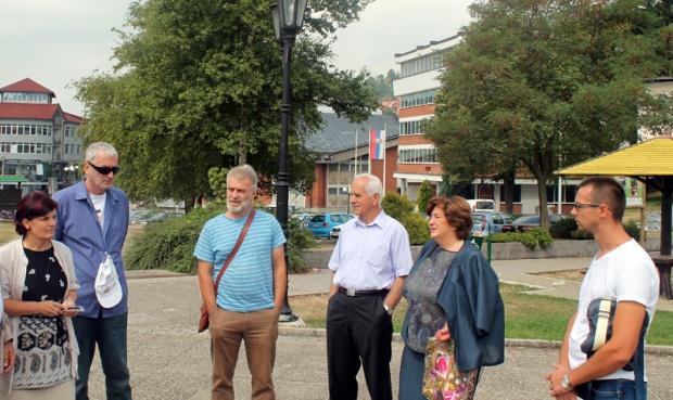 Članovi Odbora i vajar Čpajak na gradskom trgu