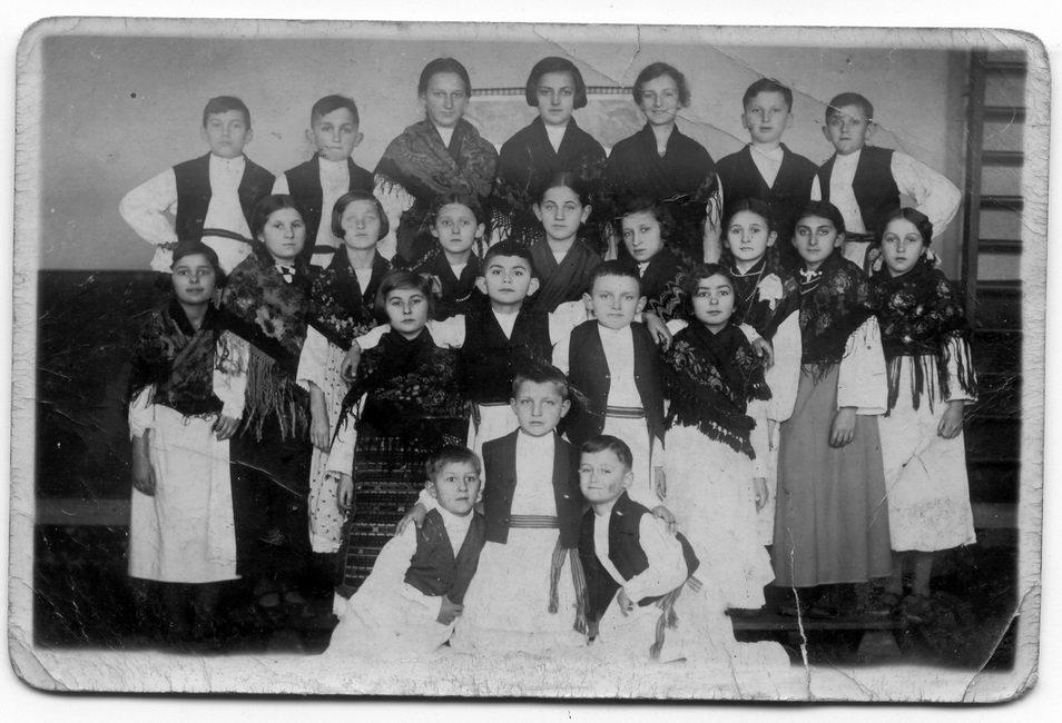 Dječija priredba povodom proslave svetog Save, školske slave, u Grubišnom Polju 40-ih godina