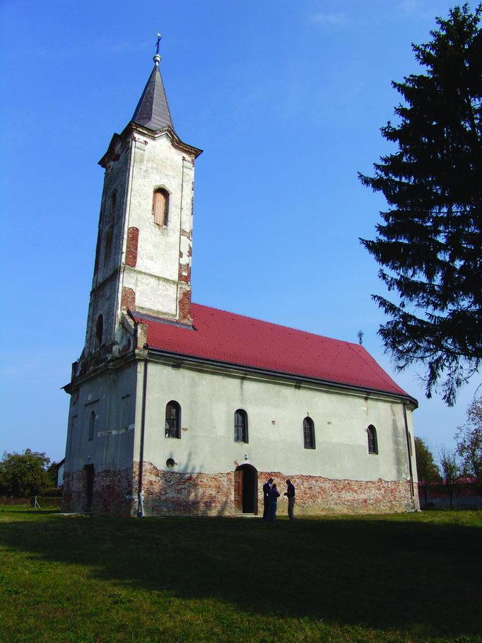 Crkva Svetog Georgija - podignuta 1773-1775. Obnovljena 1820. godine. Stradala (1941-1945) od strane ustaša. Uništeno je 7 starih rukopisnih knjiga i nekoliko ikona sa ikonostasa. Poslije Drugog svjetskog rata generalno obnovljena. Crkvu je (1991-1993) zapečatio MUP Hrvatske. Parohijski dom zapečaćen (1991-1993), a u periodu 1993-1995 u parohijski dom useljena porodica Hrvata iz Vukovara. U toku je obnova crkve.