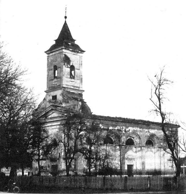 Crkva Vozdviženja Časnog Krsta - podignuta 1744. Obnovljena 1847. godine. Teško oštećena u prošlom ratu (1941-1945). Poslije Drugog svjetskog rata hrvatske vlasti nisu dozvoljavale obnovu hrama, pa su do 1991. godine ostali samo zidovi i zvonik. Na zvoniku je MUP Hrvatske postavio mitraljesko gnijezdo 1991/92. godine. Na zidinama hrama nema više zvonika (1995). Tokom 1996. godine crkva porušena i materijal iznijet. Parohijski dom miniran (1991-1993)