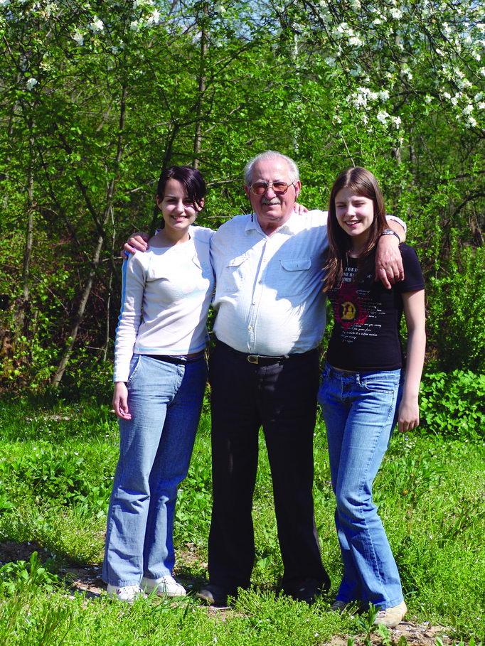Deda Milan sa unukama Lanom i Tijanom, april 2006. godine