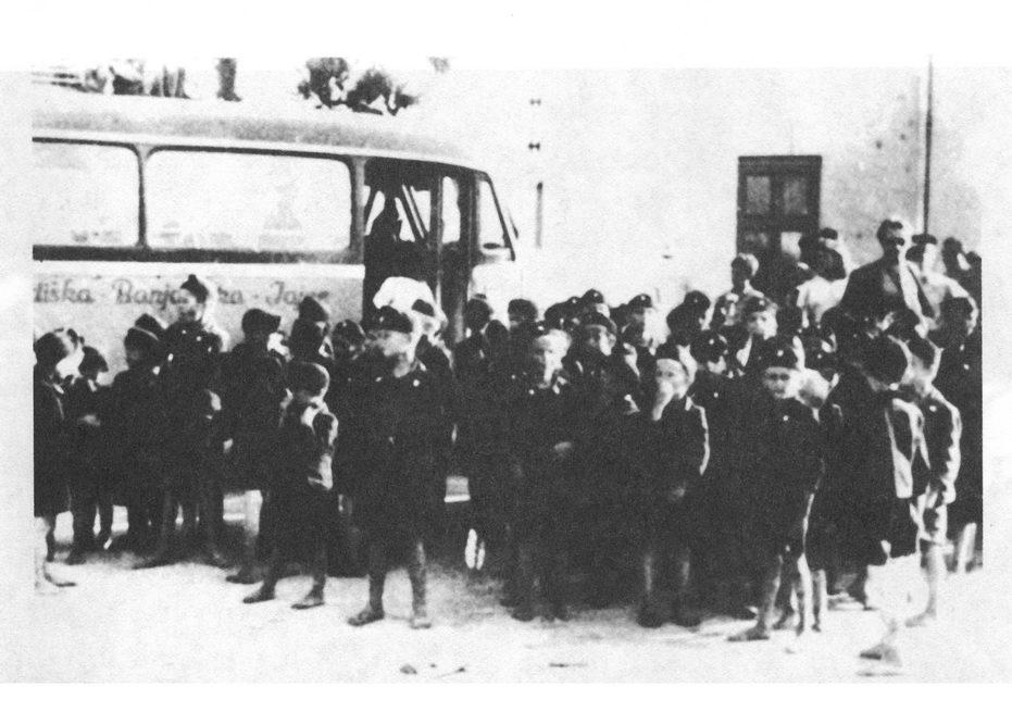 Oko dvije stotine odabranih dječaka obučeno je u ustaške uniforme i podvrgnuto