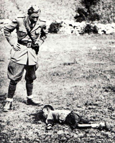 Italijanski vojnik pored ubijenog srpskog djeteta