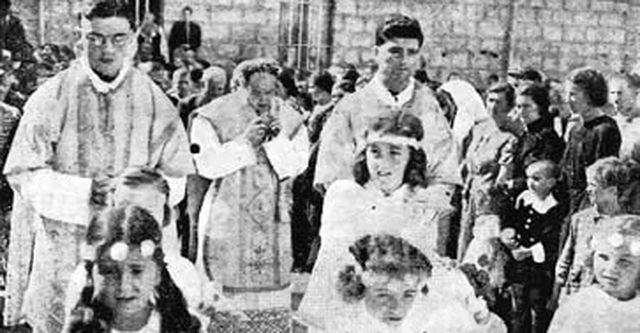 Prva misa fra Tomislava Filipovića-Majstorovića (fra Sotone), kasnijeg najokrutnijeg koljača. Desno je fra Zvonko Lipovac, takođe ustaški koljač