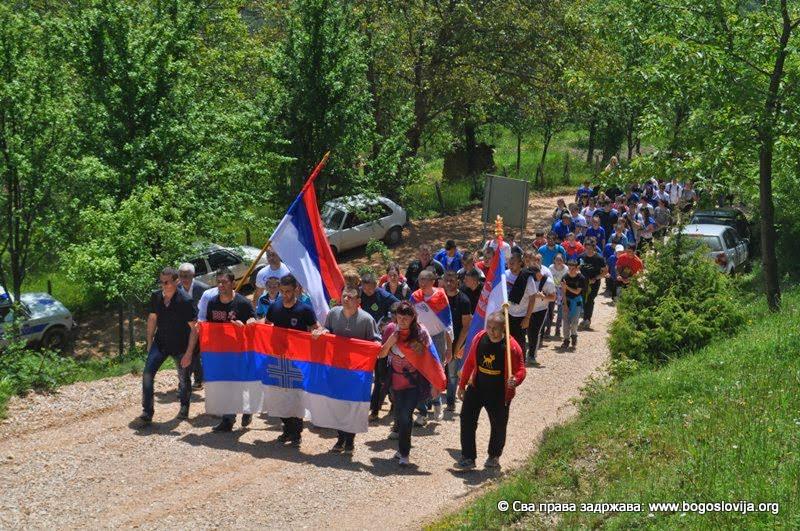 Дана Муминовић (прва са заставом) на челу колоне -