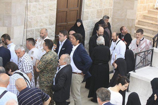 Dejan Bodiroga među vernicima čeka red da uđe u Hram