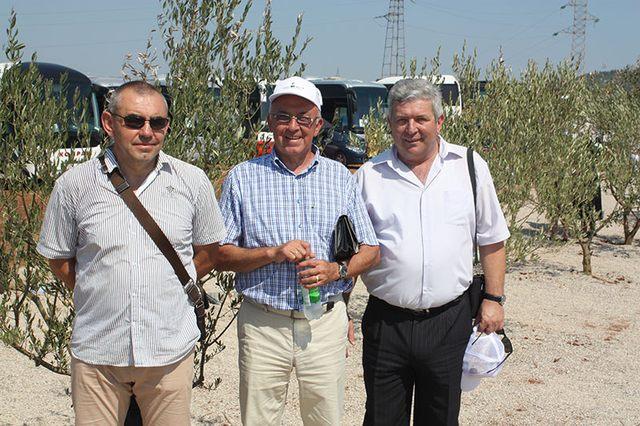 Žarko J. Ratković sa rođacima među maslinama koje su Trebinjci u Beogradu poklonili Prebilovcima