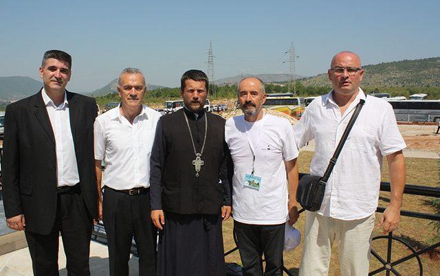 Sveštenik sa nevesinjskim borcima: Veliša Miljanović, Zoran janjić, Milenko Lalović i Vojin Gušić