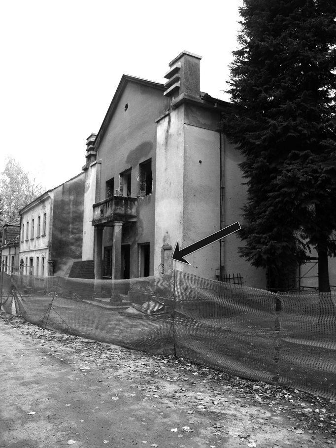 """Балкон на згради Спортског друштва Сокол (""""Соколана"""") са којег су 4/5. августа 1941. године несретници, распорених трбуха бацани на дрљаче. (Стрелица показује мјесто на коме је до 1991. године стајала спомен-плоча)"""