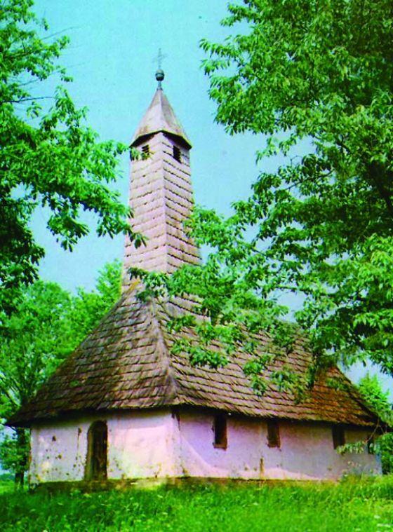 Crkva Svetog Dimitrija - podignuta oko 1730. godine. Brvnara pokrivena šindrom. Obnovljena 1760. Jedna od najznačajnijih baroknih crkvi-brvnara, sa sačuvanim autentično slikanim enterijarom i ikonostasom. Pripadala grupi spomenika nulte kategorije. Spaljena i potpuno uništena (1991 - 1993)