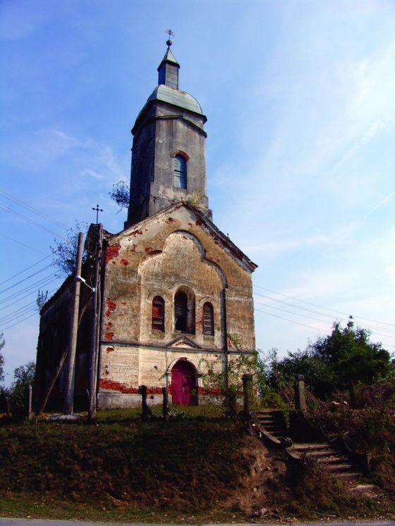 Crkva Svete Petke u Velikoj Peratovici, podignuta 1895. godine na temeljima starije drvene crkve iz 1790. Stradala u ratu (1941-1945.). Poslije Drugog svjetskog rata obnovljena. Crkva demolirana, ikonostas uništen i sva stakla na prozorima polupana (1991-1993).