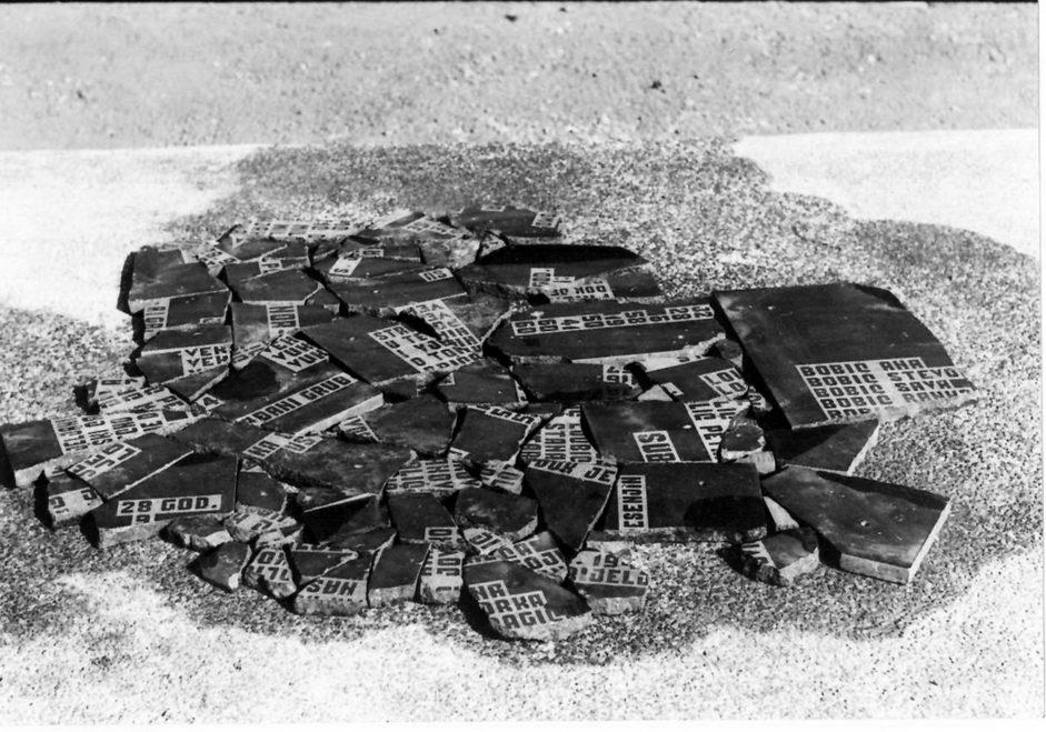 Polupani spomenik u Kiselovom jarku