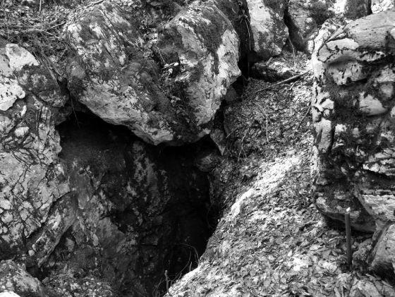 Jadovno, 12. maj 2006. godine. Šaranova jama, svijeća i ikona Bogorodice. (autor Dušan Bastašić)