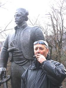 Radovan Kalabić pored spomenika oslobodiocu Beograda, Vasi Čarapiću.